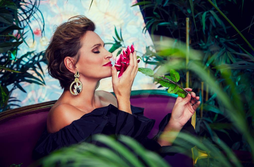 """Ainhoa Arteta oliendo una rosa durante la sesión de grabación de su último álbum """"La Otra Orilla"""""""